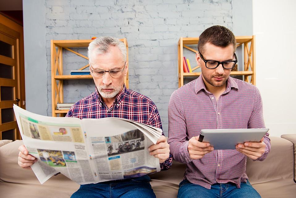 человек читает газету фото находясь